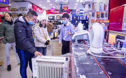 """Người dân Hà Nội đổ xô đi mua quạt sưởi, đèn sưởi: Siêu thị điện máy """"cháy hàng"""", doanh số tăng hàng trăm lần"""