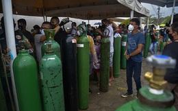 Giữa mùa dịch Covid, người Brazil chen chúc xếp hàng mua bình oxy, bệnh viện thiếu vật tư trầm trọng
