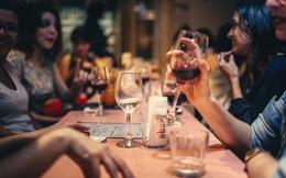 Tất niên uống rượu kiểu này là dấu hiệu cờ đỏ của vấn đề trầm trọng: Đọc ngay xem mình có mắc phải