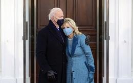 Khoảnh khắc ông Biden bối rối vì cánh cửa Nhà Trắng mãi không mở