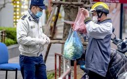 Ảnh: Người dân tiếp tế lương thực cho toà chung cư có người mắc COVID-19 ở Time City Hà Nội