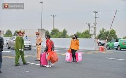 Ảnh: Hàng trăm lao động, sinh viên xếp hàng khai báo y tế ở trạm thu phí vào Quảng Ninh để về quê ăn Tết sớm