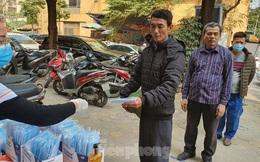 Một nhà thuốc tại Hà Nội phát 50 nghìn khẩu trang miễn phí cho người đi đường
