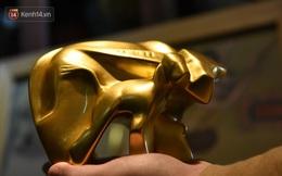 Cận cảnh công đoạn làm ra một chú trâu dát vàng 24k, giá 10 triệu/con vẫn hút khách mua chơi Tết