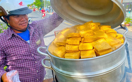 """Đậu hũ kẹp rau răm - món ăn siêu lạ khiến người đàn ông từ vô danh ở Châu Đốc bỗng trở nên nổi tiếng, nay được cả Sài Gòn săn lùng ăn thử để biết vì sao có thể """"mua 1 lời 5""""!?"""