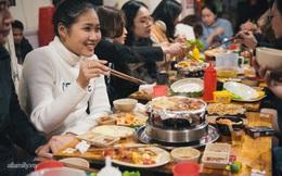 Đông đến, gió về, Hà Nội đặc quánh mùi bơ tỏi từ quán nướng chảo gang: Bạn đã đi ăn chưa?