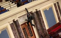 """Cảnh hỗn loạn bên trong Điện Capitol: Cảnh sát chạy rút lui, """"run rẩy"""" trước người biểu tình"""
