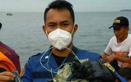 """NÓNG: Những hình ảnh đầu tiên về các """"mảnh vỡ"""" được cho là của máy bay Indonesia vừa gặp nạn"""