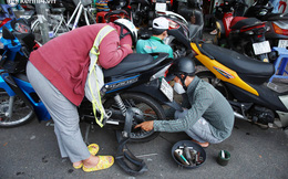 """Người Sài Gòn ùn ùn dắt xe máy đi kiểm tra, thay bình ắc-quy sau nhiều tháng """"trùm mền"""", nơi sửa laptop cũng đông nghẹt"""