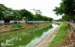 Hà Nội: Sông Tô Lịch bất ngờ chuyển màu xanh ngắt, người dân mang theo bao bắt hàng trăm cân cá đem về