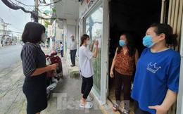 TPHCM: Chính quyền gõ cửa từng nhà, xóm trọ phát tiền hỗ trợ đợt 3 cho dân