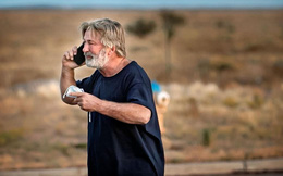 Hình ảnh Alec Baldwin run rẩy bật khóc nghe điện thoại sau khi bắn chết nữ đạo diễn