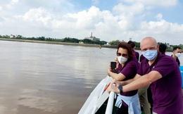 Những du khách nước ngoài đầu tiên đi tour đường sông sau giãn cách