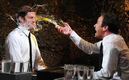 Trong bữa tiệc, bị sếp hất rượu vào mặt, bạn sẽ làm gì?