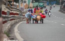 """Cay mắt chuyện gia đình 5 người đẩy nhau trên chiếc xe ve chai rời Sài Gòn về quê: """"Xe máy bị mất trộm, kinh tế kiệt quệ rồi, đành đi bộ về thôi"""""""