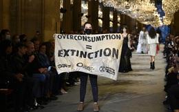 BIẾN CĂNG: Biểu tình giữa show Louis Vuitton làm khách mời nhốn nháo, bảo vệ phải lao lên sàn diễn dẹp loạn