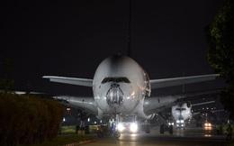 """Hai gã khổng lồ Airbus A380 bị kéo đi """"xẻ thịt"""" khi mới hơn 10 tuổi: Chuỗi ngày bi thảm của """"tượng đài"""" bắt đầu?"""
