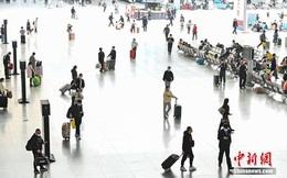 """""""Xuân vận"""" ảm đạm ở Trung Quốc: Bến xe, nhà ga mọi năm ngập trong """"biển người"""" nay hiu quạnh không ngờ và hành động ấm lòng cho người ăn Tết tại chỗ"""
