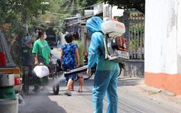 ẢNH, CLIP: Lực lượng y tế khử khuẩn, phong tỏa các địa điểm nữ sinh viên ĐH Thủ Dầu Một mắc Covid-19 từng đến