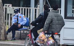 Sinh viên tự mang đồ đến trường Đại học FPT để cách ly sau khi phát hiện nam sinh dương tính SARS-CoV-2