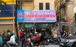 Ảnh: Người dân Hà Nội chen chúc mua pháo hoa về chơi Tết