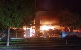 Hà Nội: Ngọn lửa bao trùm trung tâm thể thao gần SVĐ Mỹ Đình trong đêm 30 Tết