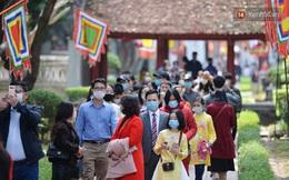 Người dân đeo khẩu trang ùn ùn vào Văn Miếu xin chữ và cầu may đầu năm