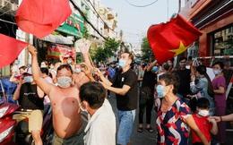 Dỡ phong tỏa khu 2000 dân ở Quận 1 từ chiều mùng 4 Tết, người dân TP.HCM cởi trần đổ ra đường ăn mừng