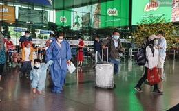 Chùm ảnh: Người dân mặc đồ bảo hộ kín mít trên những chuyến bay trở về Sài Gòn sau kỳ nghỉ Tết nguyên đán