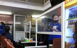 Ảnh: Hàng quán Hà Nội dựng vách ngăn phòng chống Covid-19 dịp đầu năm mới Tân Sửu