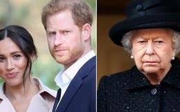 """Hết lưu luyến, Nữ hoàng Anh đích thân đưa ra quyết định """"loại bỏ"""" vợ chồng Meghan Markle ra khỏi gia tộc, Harry đón nhận tin buồn trên đất Mỹ"""