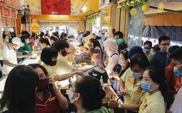 """Người Sài Gòn ùn ùn đi mua vàng ngày vía Thần tài, có người mua cả 2 """"cây vàng"""" lấy may mắn"""
