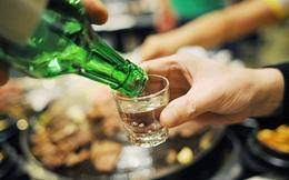 Sau khi tiêm vắc xin Covid-19 phải chờ bao lâu thì có thể uống rượu bia?