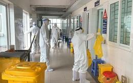 Xúc động hình ảnh những cán bộ kiểm soát nhiễm khuẩn làm việc không ngừng nghỉ tại bệnh viện điều trị Covid-19