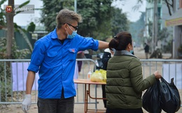 """Chàng sinh viên FPT ngày ngày đứng chốt kiểm dịch, vác đồ tiếp tế giúp dân: """"Chỉ cần mọi người an toàn, 30, mùng 1 Tết em vẫn sẽ trực"""""""