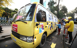 """Nức lòng: """"Bus khẩu trang"""" phát tự động 100.000 khẩu trang miễn phí cho người dân lao động"""