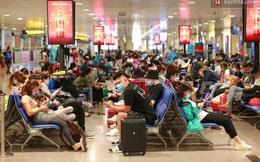 Tối 27 tháng Chạp ở Tân Sơn Nhất: Hành khách mặc áo mưa, đồ bảo hộ kín mít chờ về quê đón Tết