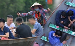 """Ảnh: Du khách đi lễ chùa Hương ngang nhiên mở """"sới bạc"""" trên thuyền"""