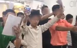 Xôn xao hình ảnh lớp học trở thành tỷ phú tương lai: Cả trăm người tay cầm chai nước, co quắp 1 chân, cùng hô vang khẩu hiệu quyết tâm làm giàu