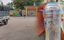 Nhiều học sinh đau bụng sau khi uống chai nước ngọt được phát miễn phí trước cổng trường