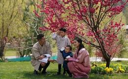 Khoe ảnh gia đình đẹp ngất ngây nhân dịp con trai út tròn 1 tuổi, Hoàng hậu Bhutan lại khiến vạn người mê đắm bởi nhan sắc lên hương