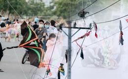 """Mối lo khác sau vụ nhiều người đi đường bị dây diều cứa vào cổ: Đường dây điện bị """"quấn"""" bởi hàng chục cánh diều"""