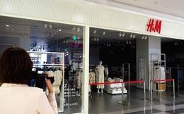 """Thấm đòn tẩy chay, H&M """"quay xe"""" gấp, cam kết tiếp tục hợp tác """"có trách nhiệm"""" với Trung Quốc"""