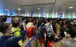 Khách đông nghẹt mỗi buổi sáng, sân bay Tân Sơn Nhất ra khuyến cáo và mở tối đa hệ thống soi chiếu