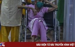 """Người dân Ấn Độ đổ xô đi tiêm vaccine trong """"cơn sóng thần"""" COVID-19"""
