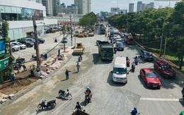 """Con đường """"cứ mưa là ngập"""" ở Sài Gòn nâng cấp xong, người dân hối hả xây """"tường đê"""" vì... mặt đường cao hơn nhà"""