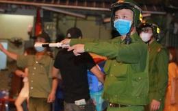 Hình ảnh công an yêu cầu hàng loạt quán bar, hàng quán ăn đêm ở Hà Nội đóng cửa lúc 0h ngày 30/4