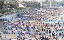 """Xôn xao hình ảnh """"biển người"""" chen nhau ở bãi biển Vũng Tàu dịp nghỉ lễ 30/4 - 1/5"""