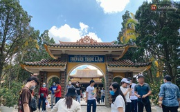 Ảnh: Thiền viện Trúc Lâm ở Đà Lạt chật kín du khách, nhiều người mặc quần ngắn, không đeo khẩu trang