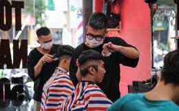 Người Sài Gòn đổ xô đi cắt tóc trước khi các cửa tiệm đóng cửa để phòng dịch Covid-19